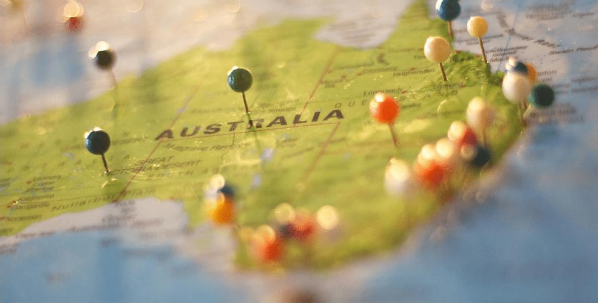 オーストラリアの世界地図にピンが刺さる様子