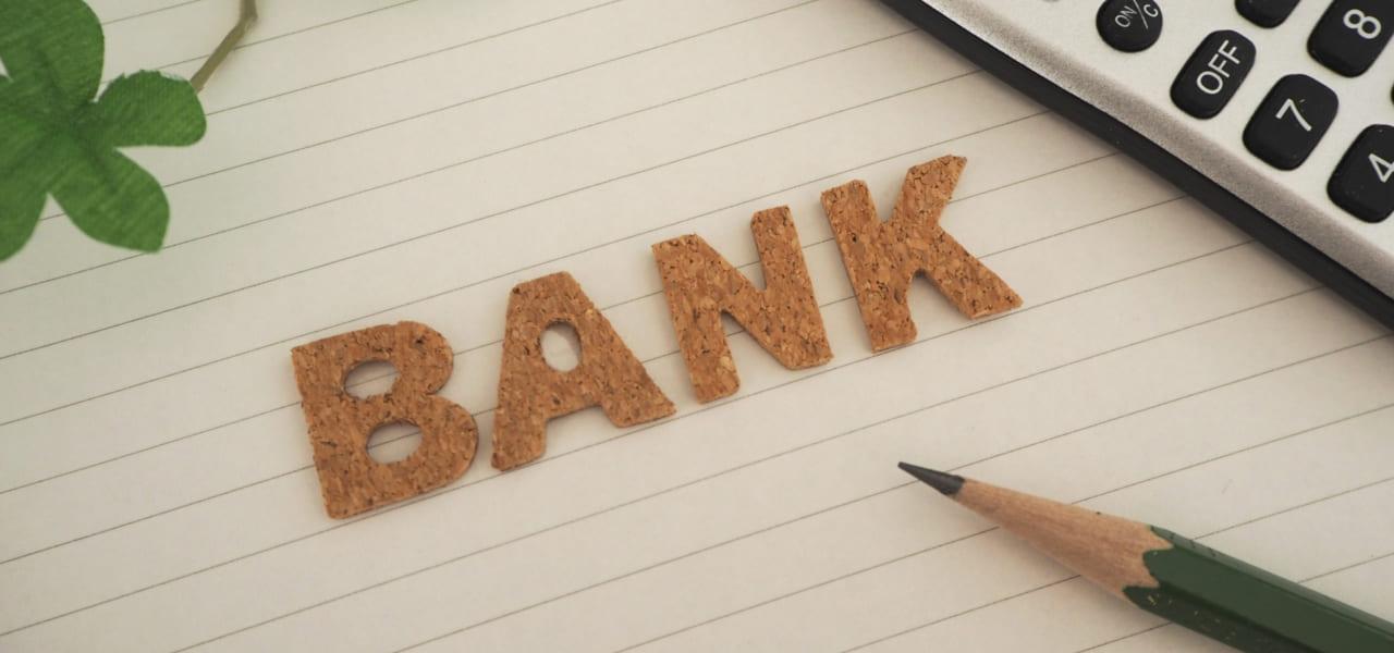 銀行と紙に書かれている様子