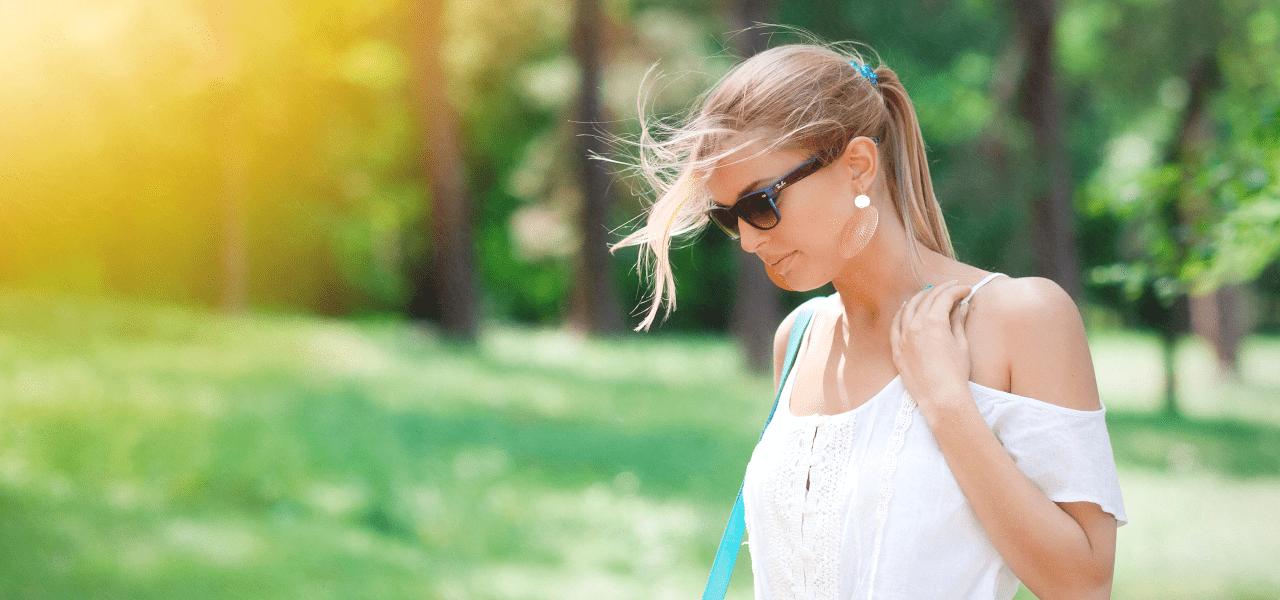 公園を散歩するカナディアンの女性