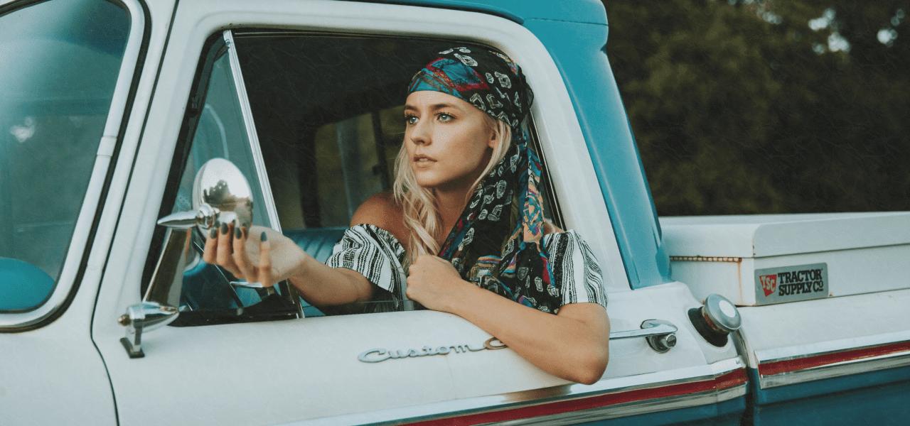 トラックを運転する女性