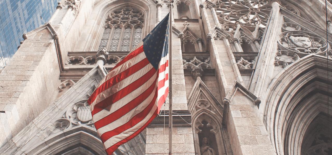 アメリカの古い建物と国旗
