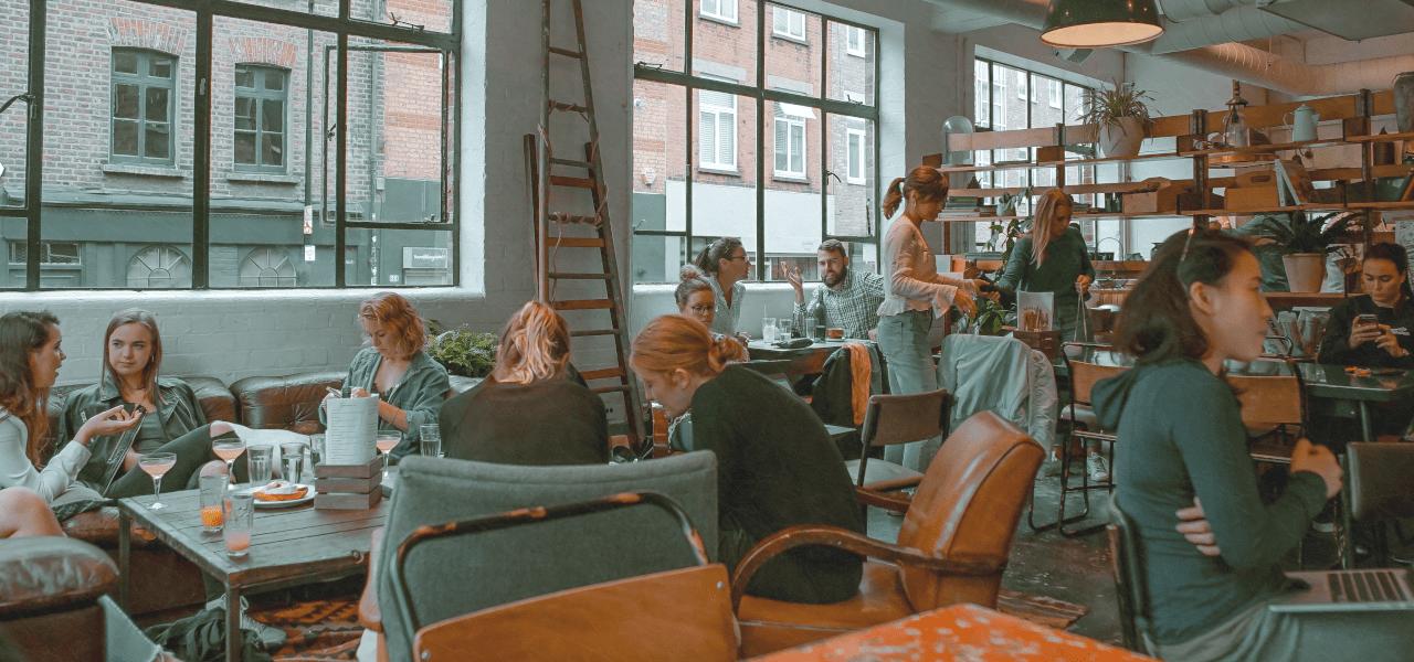 学生ビザでカフェのアルバイトするイメージ