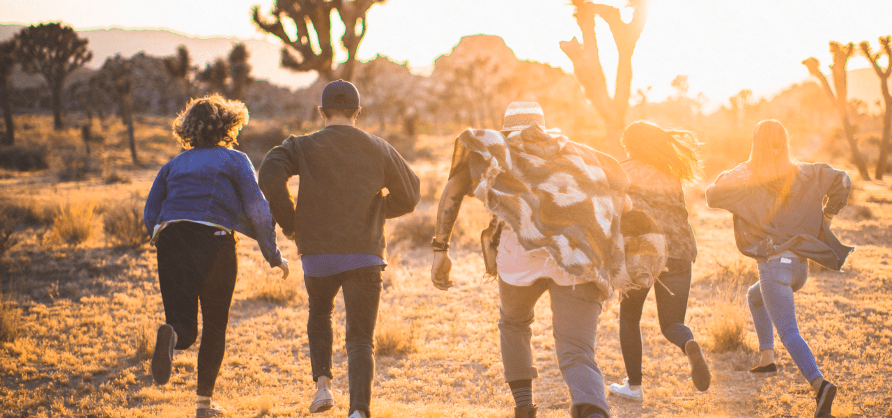 太陽に向けて走る外国の男女