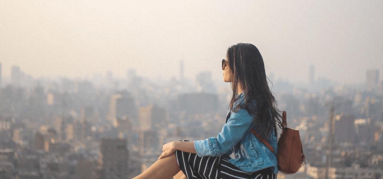 遠くを眺める外国の女性