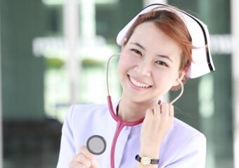 女性看護師が留学に出かけるイメージ