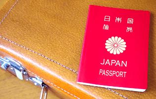 留学のバッグとパスポート