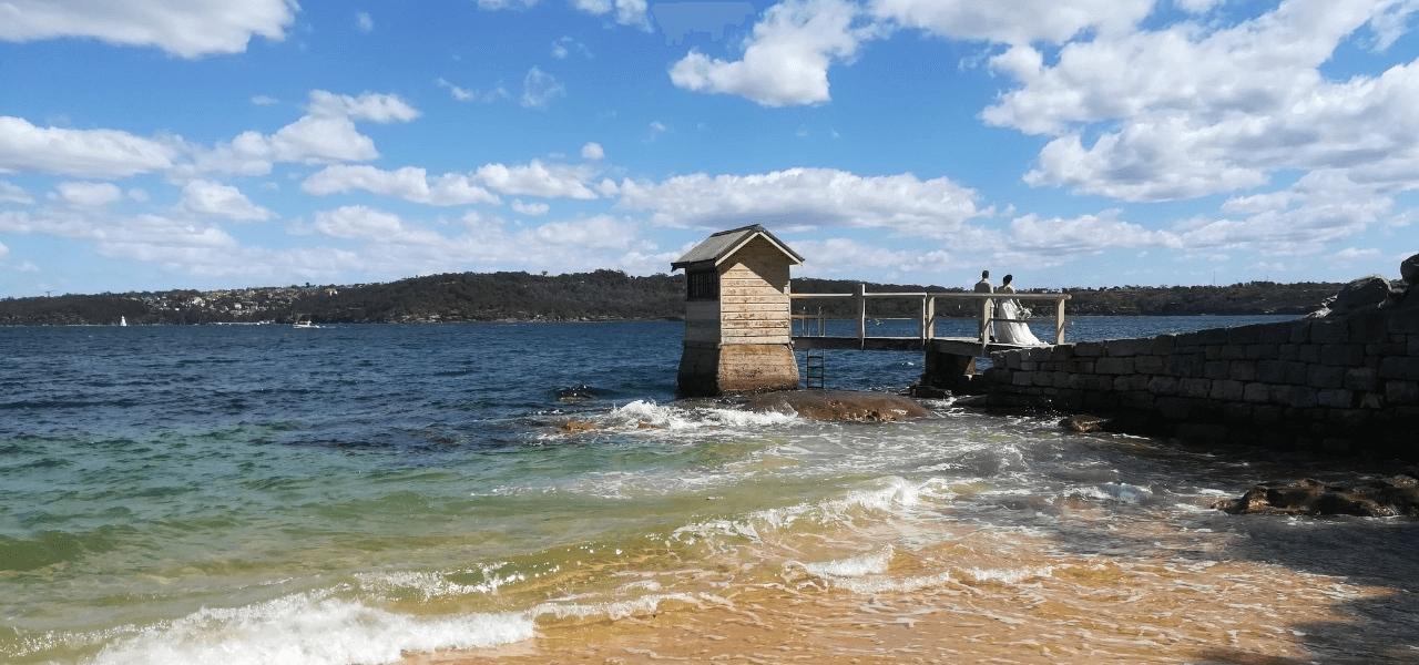 オーストラリアの海と新郎新婦