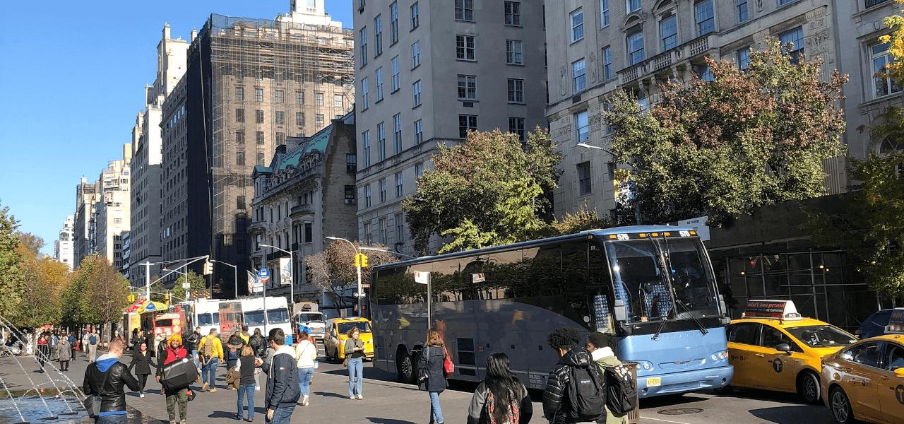昼の街青いバスの写真