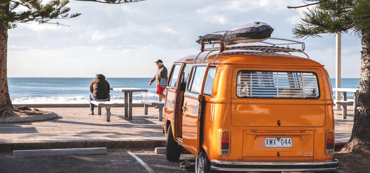 海外の黄色の旧車とサーフボード