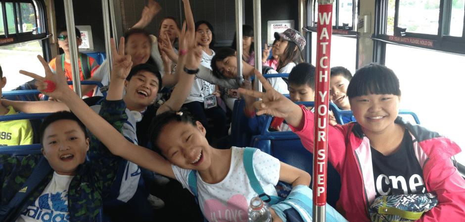 バスで喜びを表現する子供たち