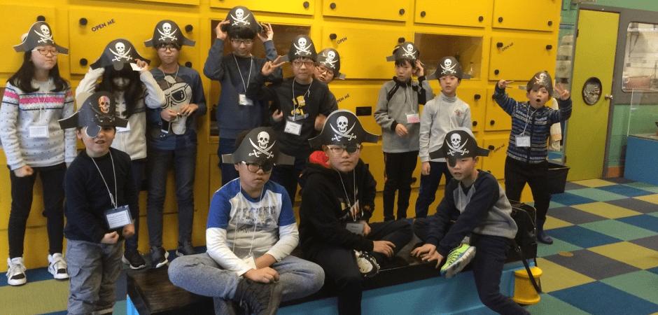 海賊に仮装している留学中の子供たち