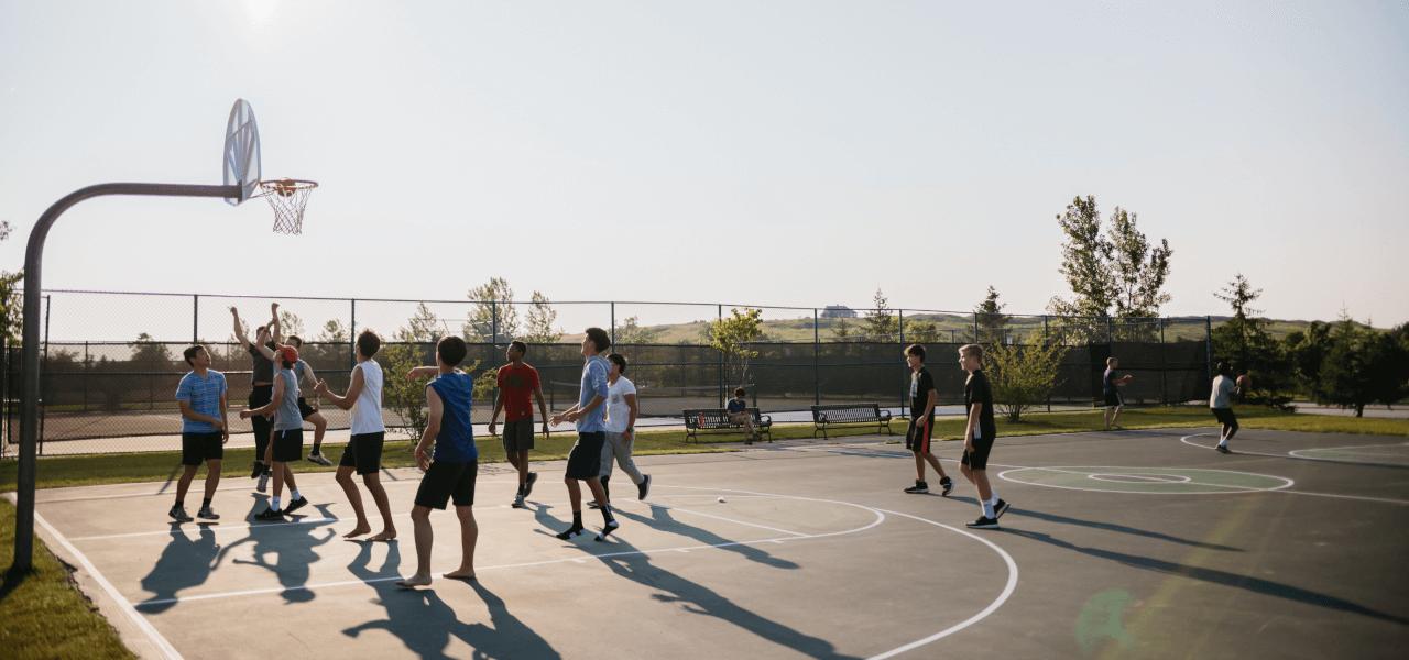 バスケットボールの試合をしている外国人高校生