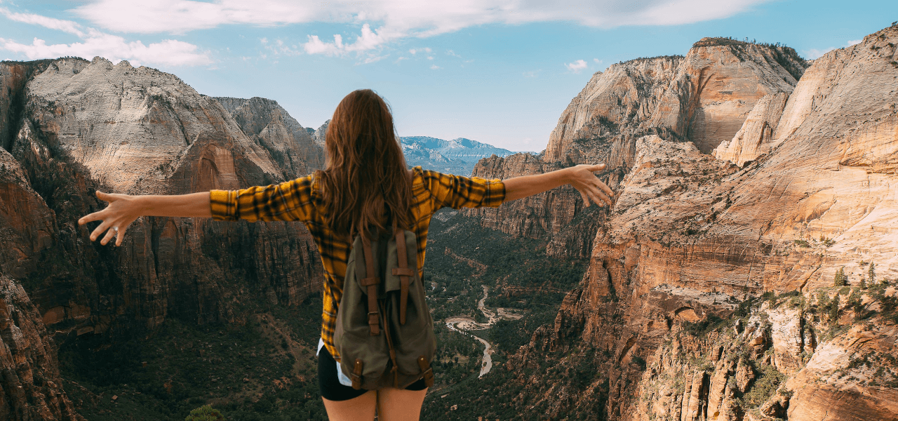 渓谷に立つ高校生の女の子