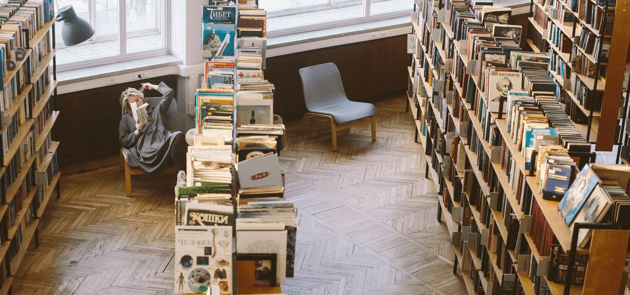 海外の図書室で読書する高校生