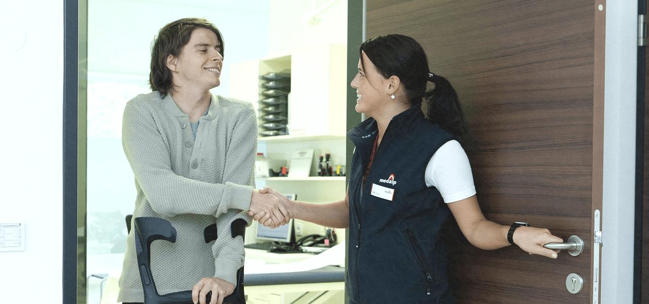 握手する看護師と患者
