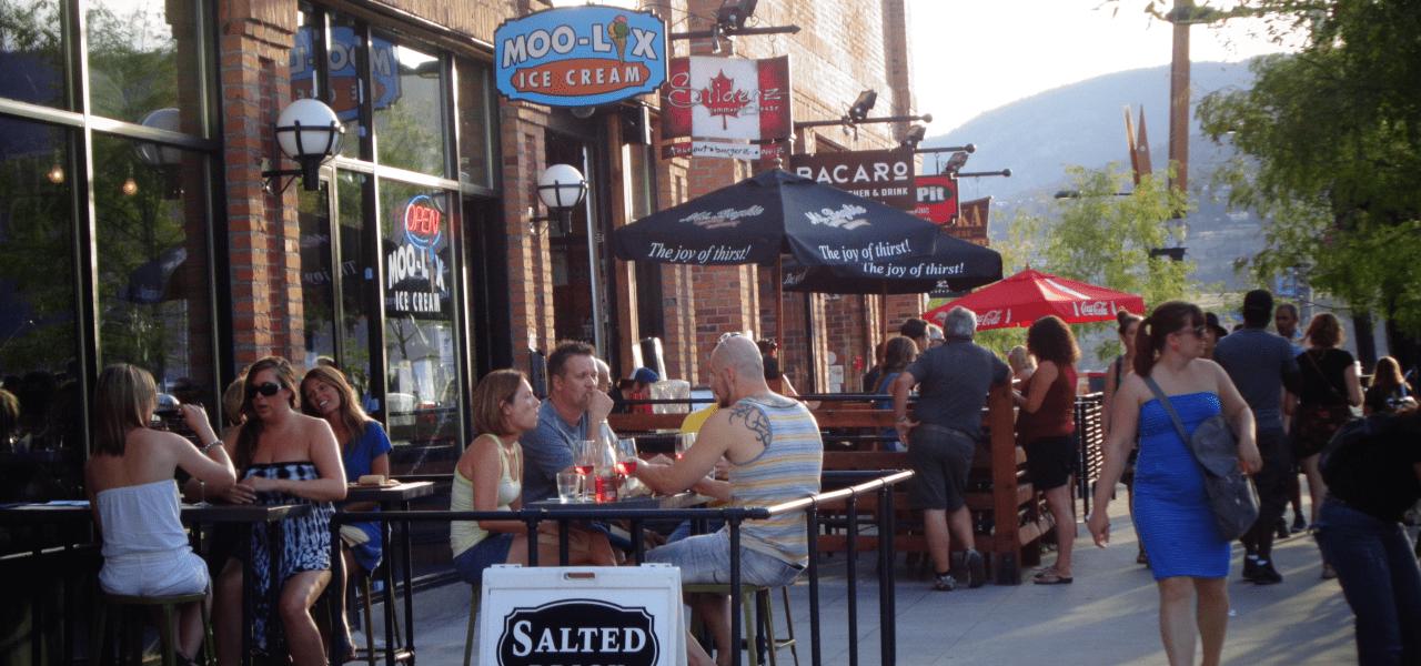 ケロウナの街のカフェ