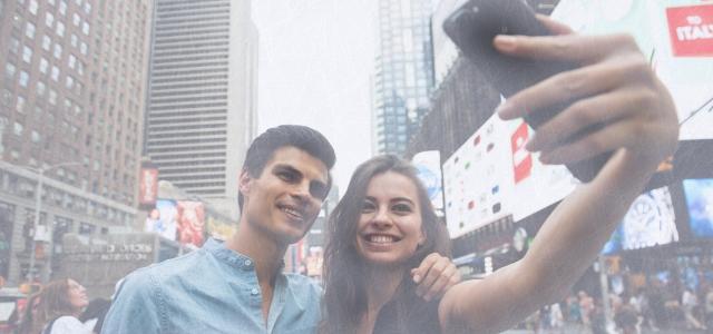カナダでスマートフォンを使っているカップル