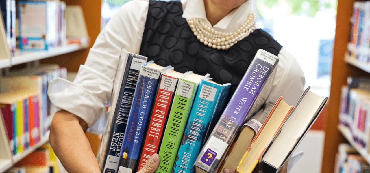 英語の本を抱えている留学生