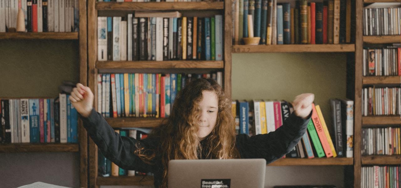パソコンで検索している留学生