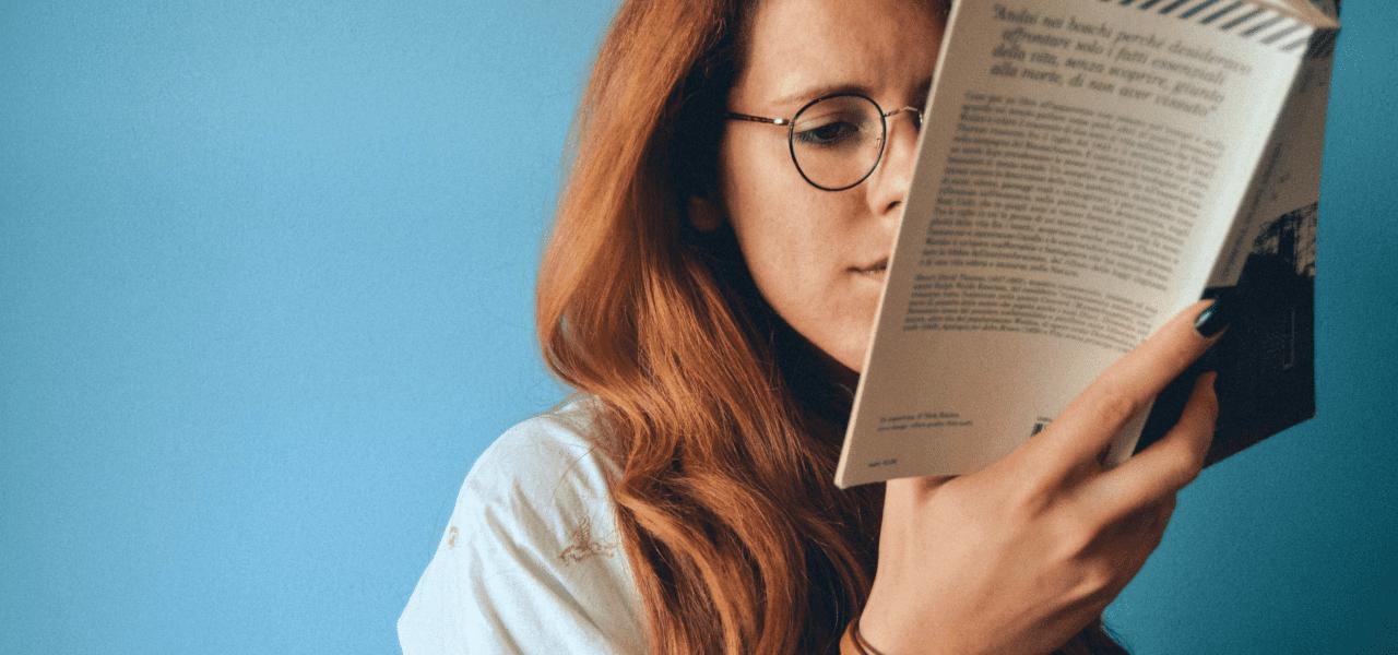 留学費用について学習する女性