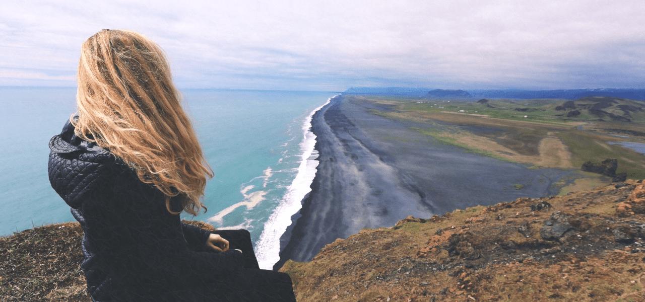 海岸線で海を眺める女性