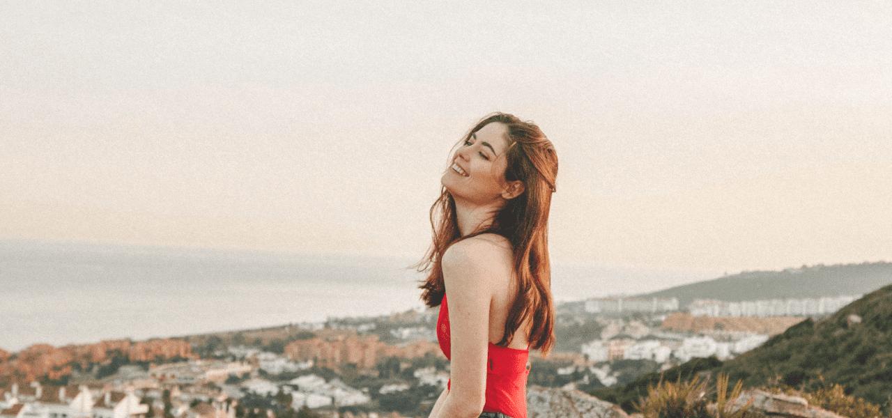 高台で風を感じている外国の女性