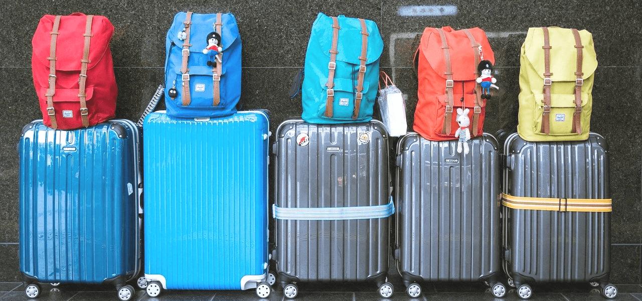 海外に出るためにパッキングされたスーツケース