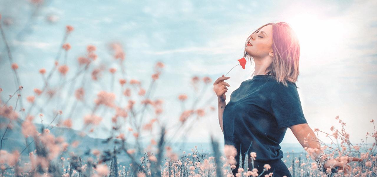 綺麗な花に囲まれて将来を考える海外の女性