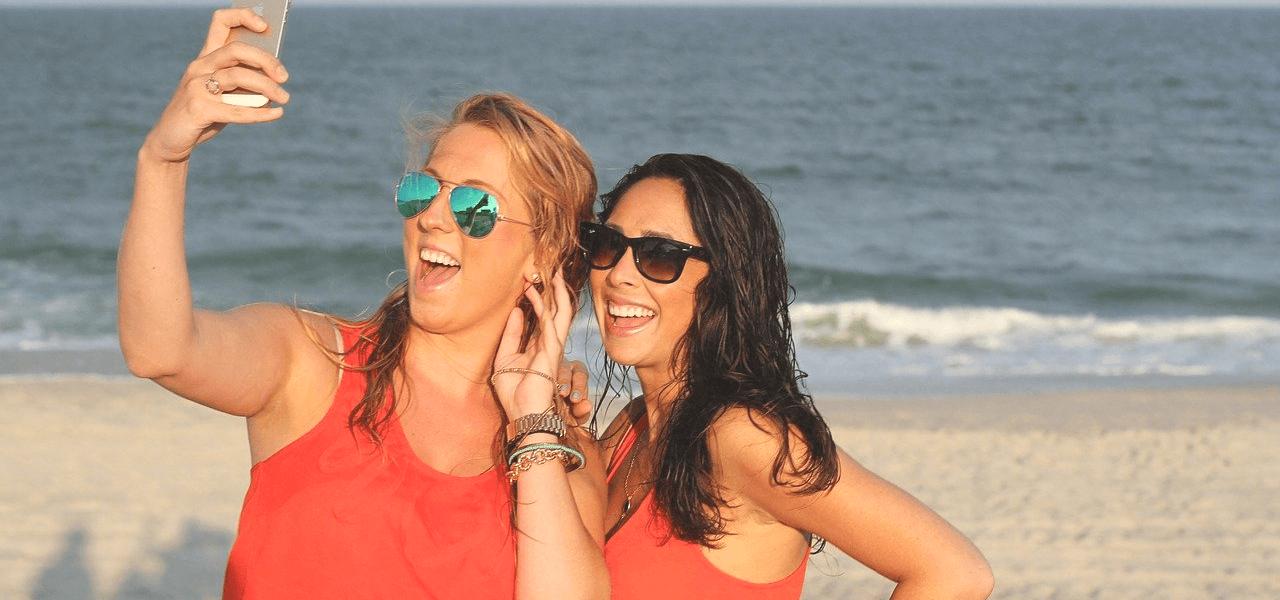 笑顔で自撮りする外国人女性たち