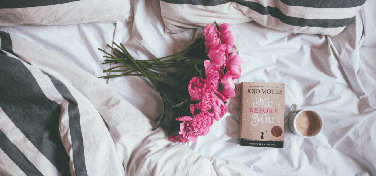 ベッドの上に置かれた花束