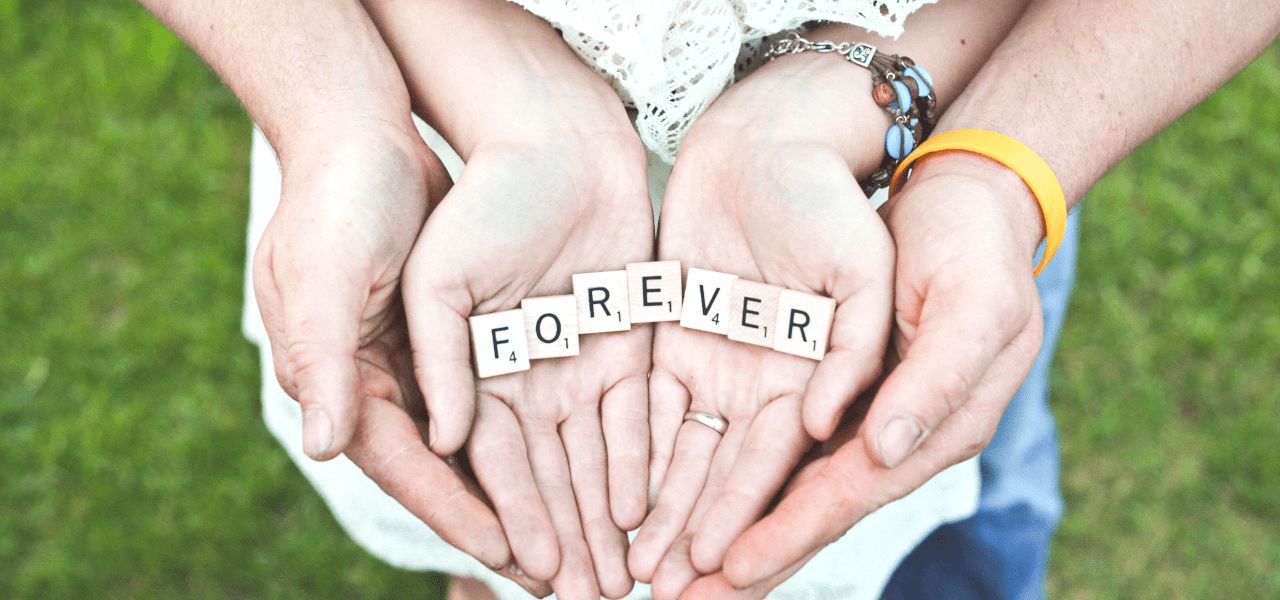 FOREVERと書かれたサイコロを持つカップル