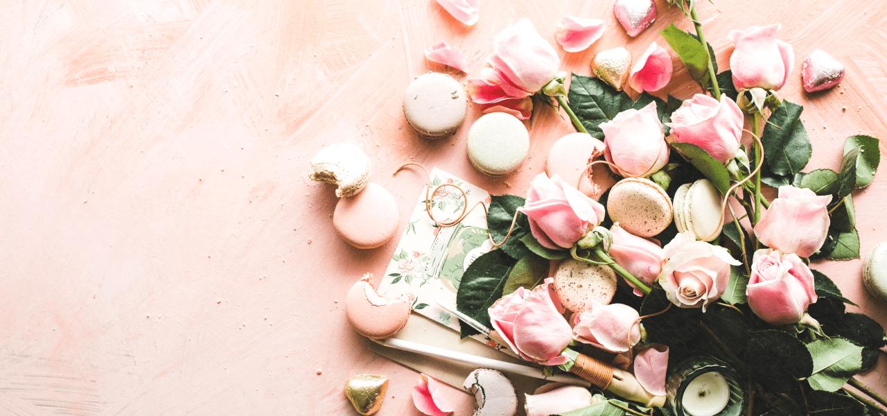 ピンクのバラが置かれている