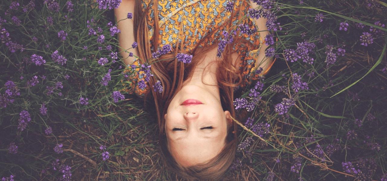 花畑で横たわる留学生