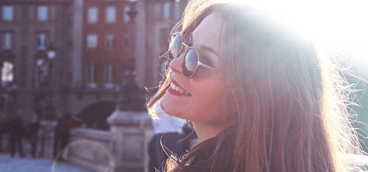 海外の街並みを歩く外国人女性