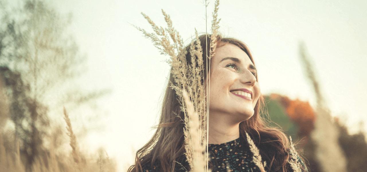 秋の様子に笑う女性