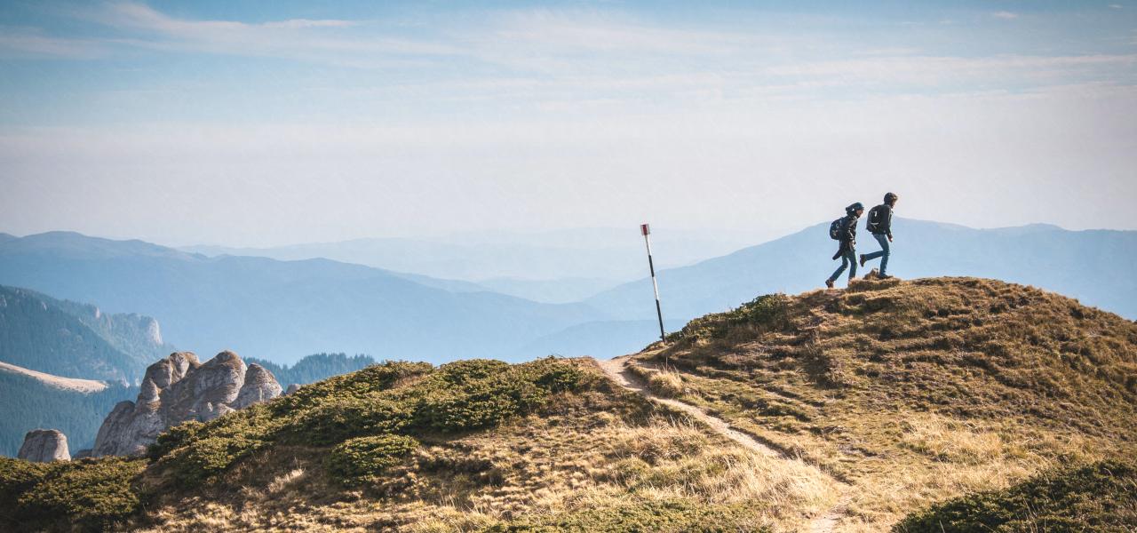登山する留学生