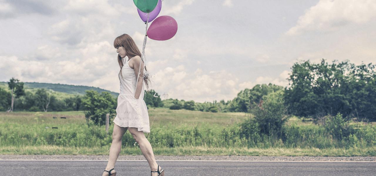 風船を持って歩く外国人女性