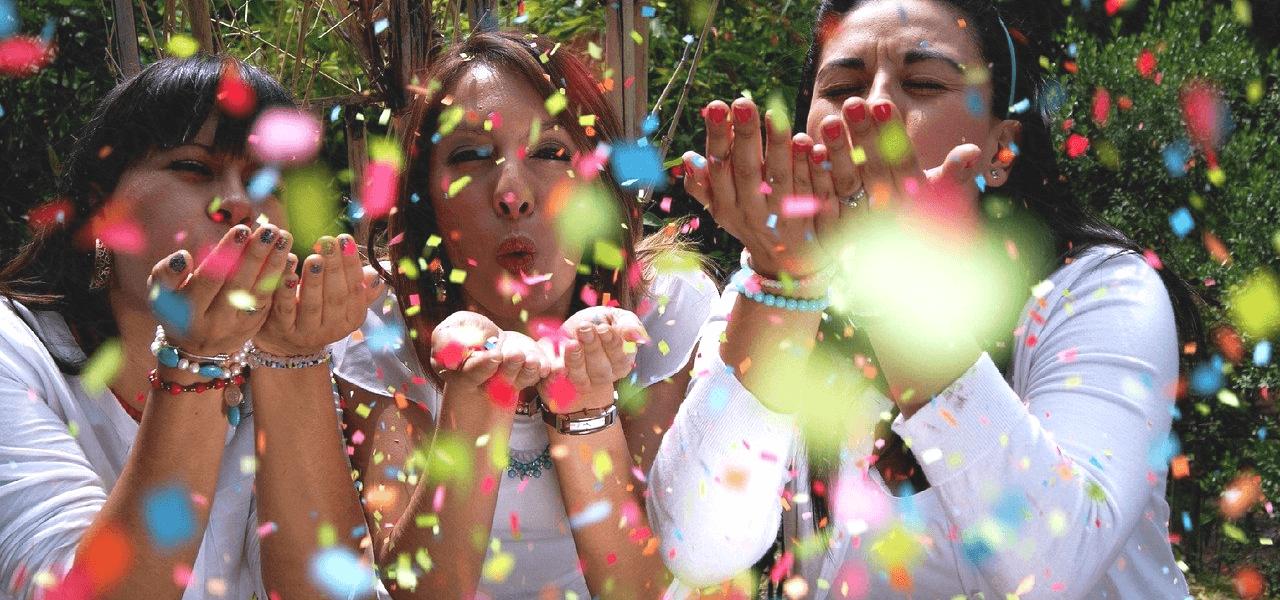 紙吹雪を飛ばしている留学生の女の子たち