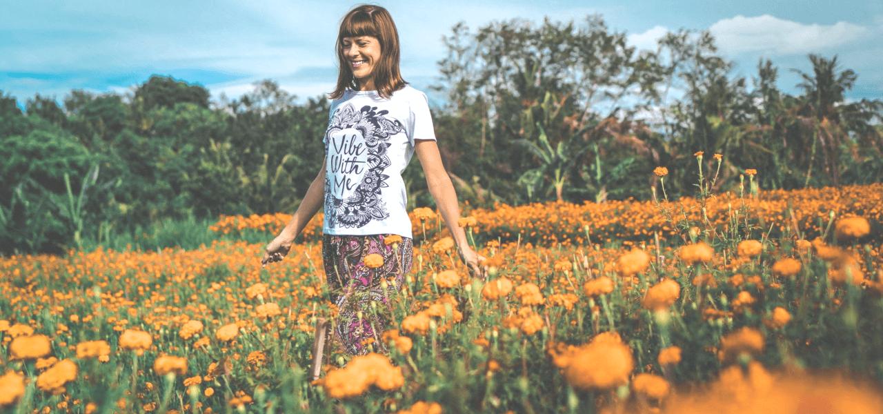花畑の中を歩く留学生の女の子