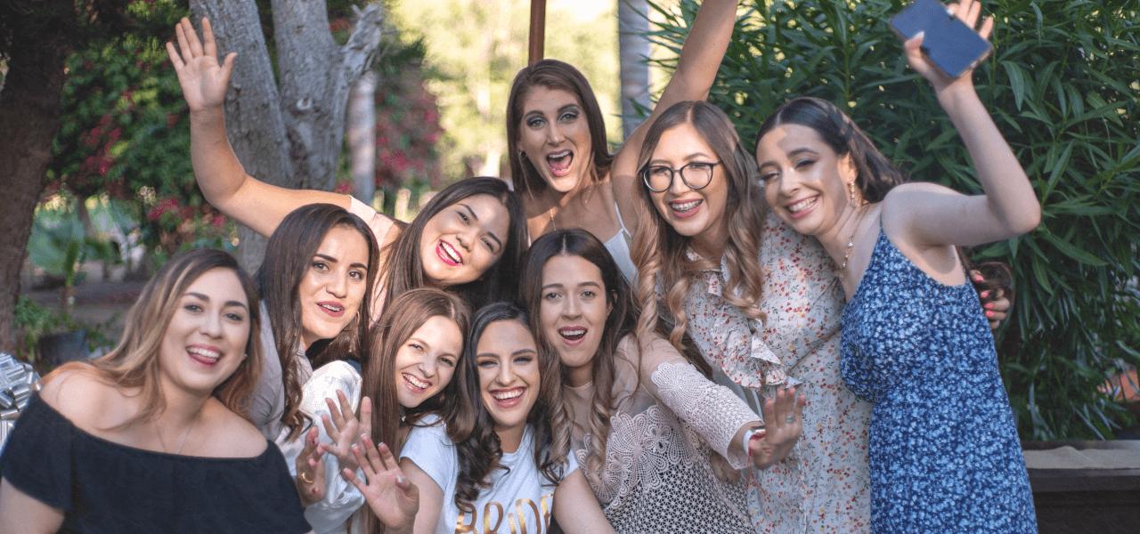 記念撮影をしている外国人女性たち