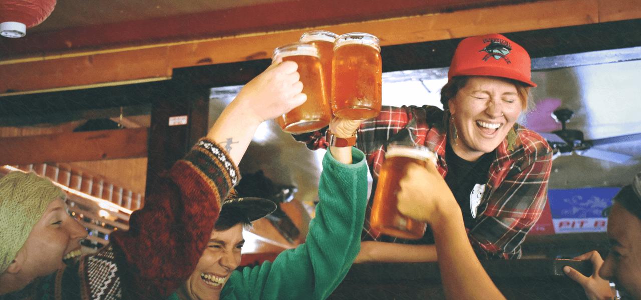ビールで乾杯をしている外国人男性