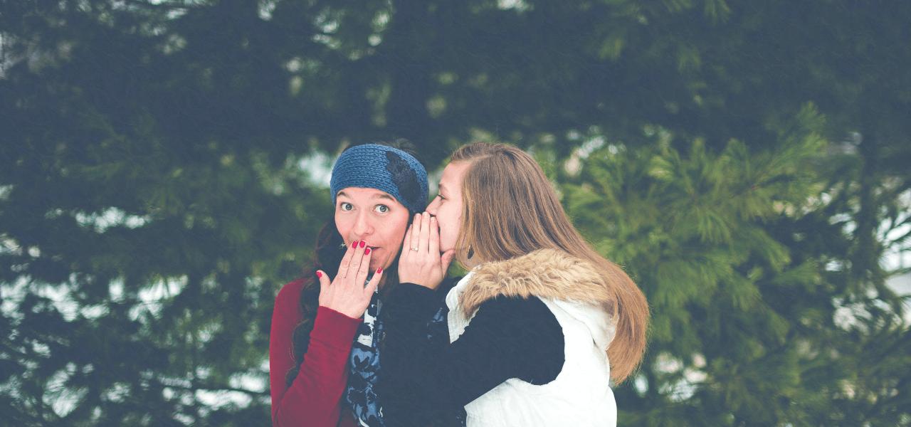 内緒話をしている外国人女性たち