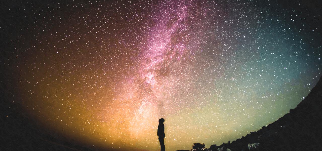 満点の星空を見上げる男の子