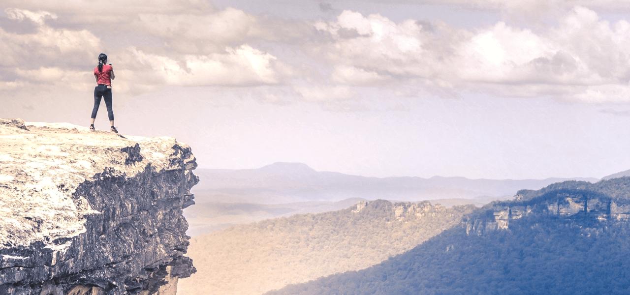 海外の山の上に立っている留学生
