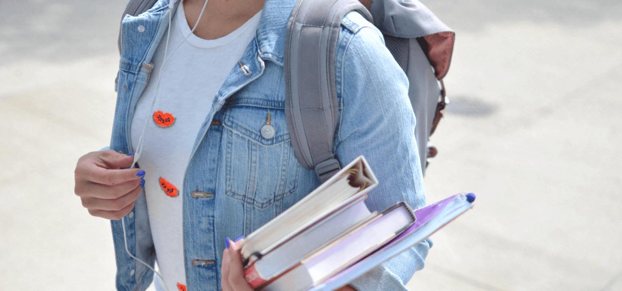 学校の教科書を持つ留学生