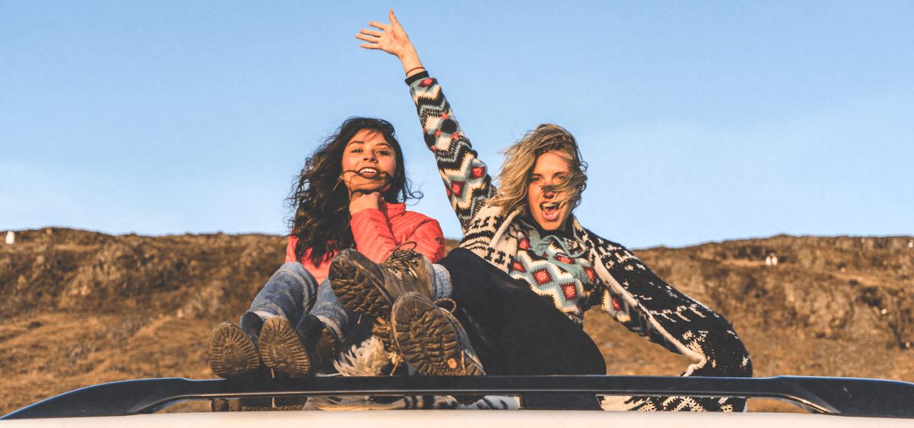 車の上に座る外国人女性