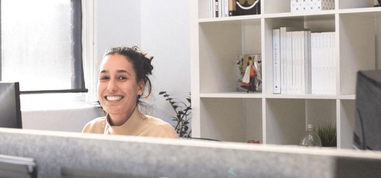 海外のオフィスで働いている外国人女性