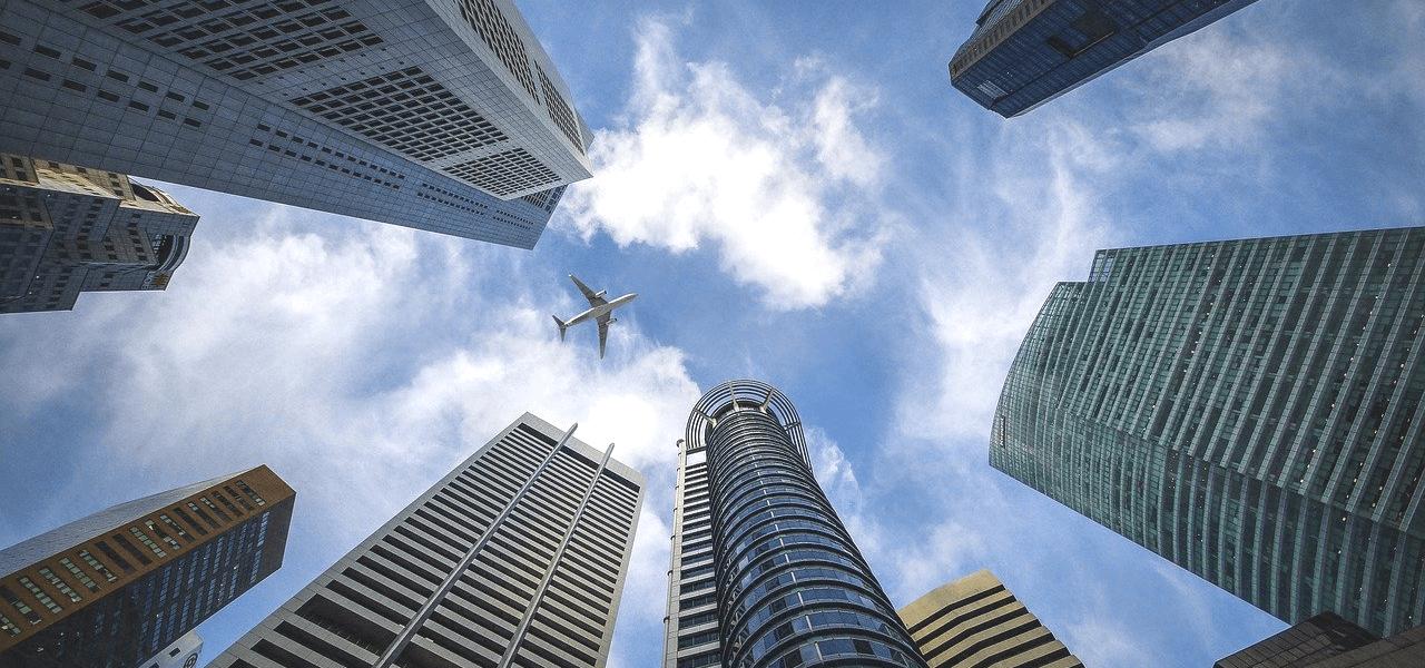 飛行機と高層ビル
