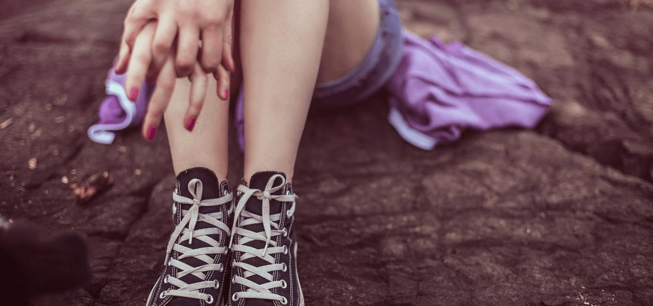 スニーカーを履いている子供の足元