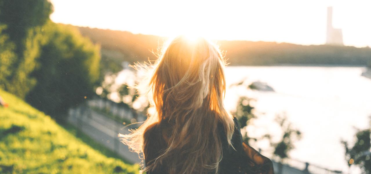 夕日を眺める外国人女性